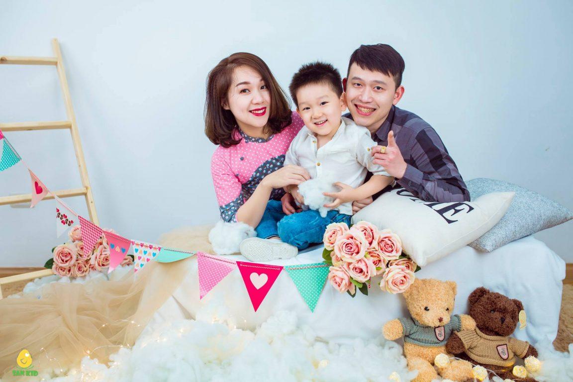 Hình ảnh gia đình hạnh phúc chào đón sinh nhật của con
