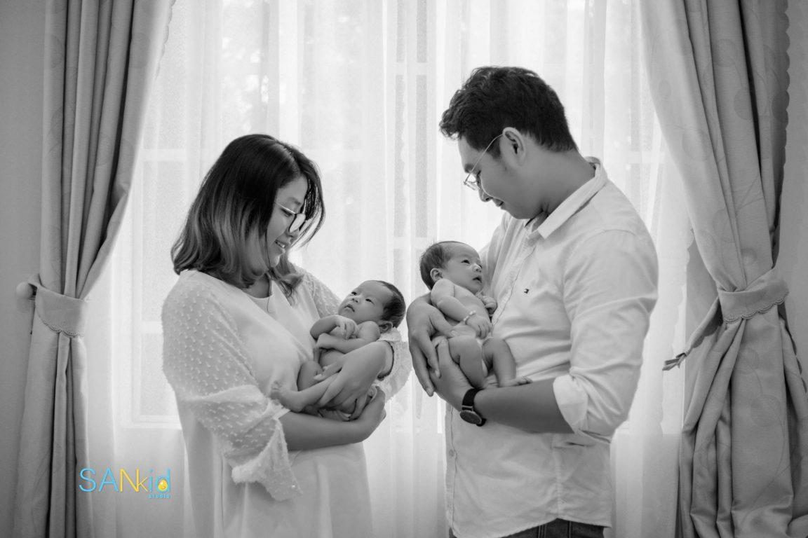 Hình ảnh gia đình hạnh phúc chào đón bé con chào đời