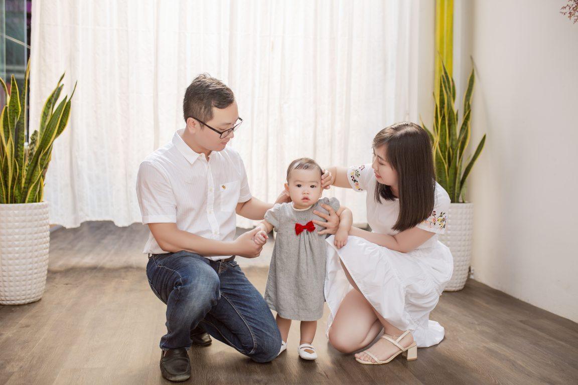 Ảnh gia đình đẹp và hài hòa trong cách phối màu cho trang phục