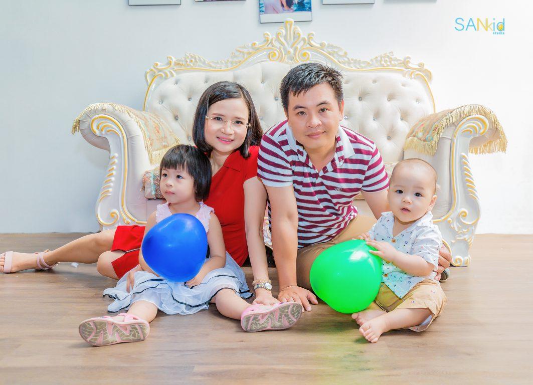 Ảnh gia đình đẹp và ấn tượng hơn khi đi kèm phục kiện