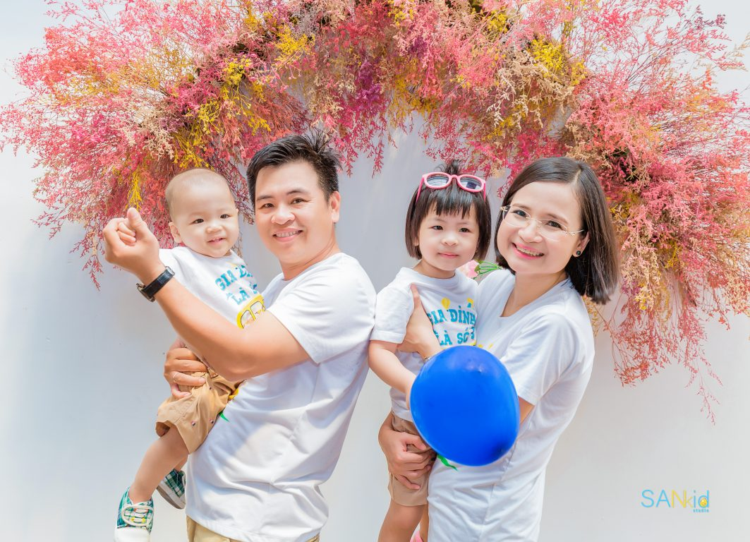 chụp ảnh gia đình ngoài trời với trang phục năng động