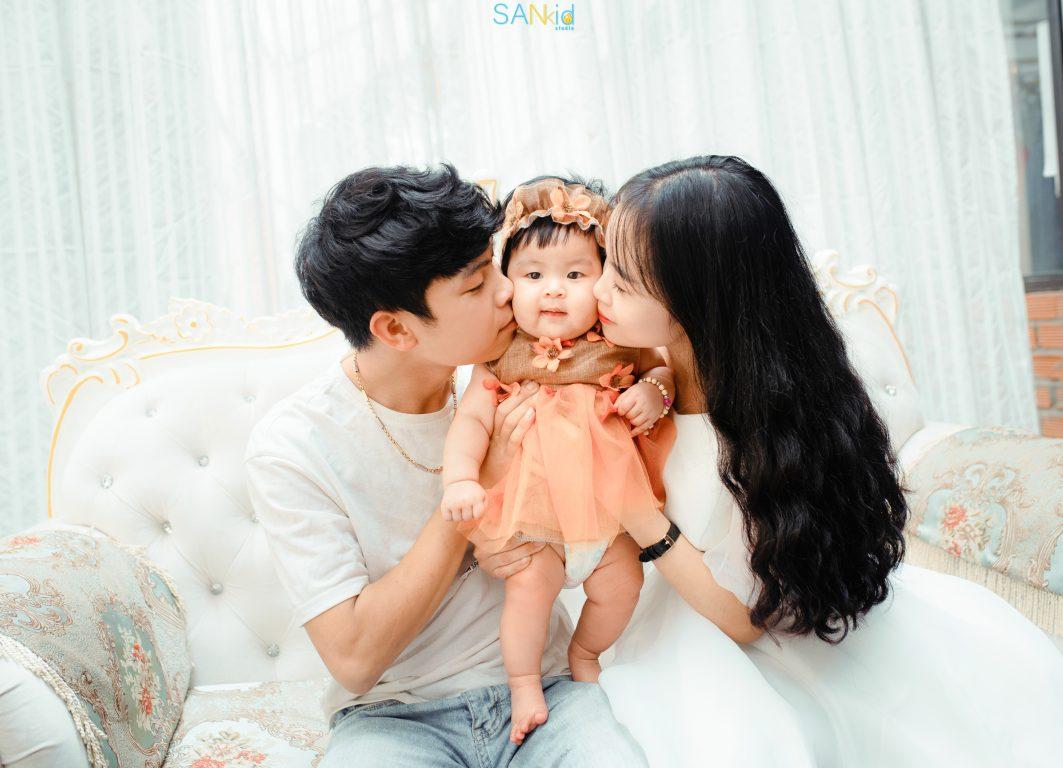 Chụp ảnh gia đình tại nhà đẹp trong trang phục đơn giản, thoải mái không quá cầu kỳ