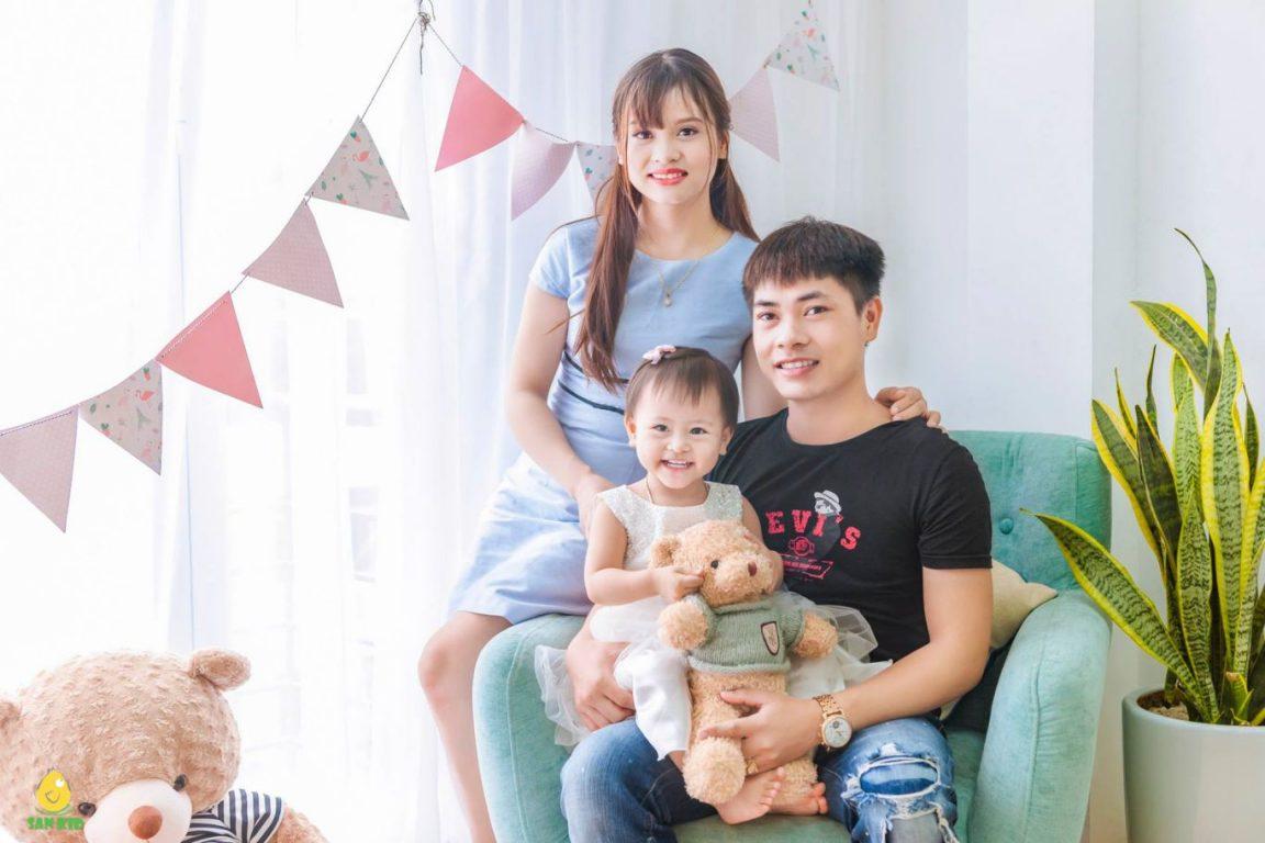 Chụp ảnh gia đình ngoài trời với gói San Baby Peony