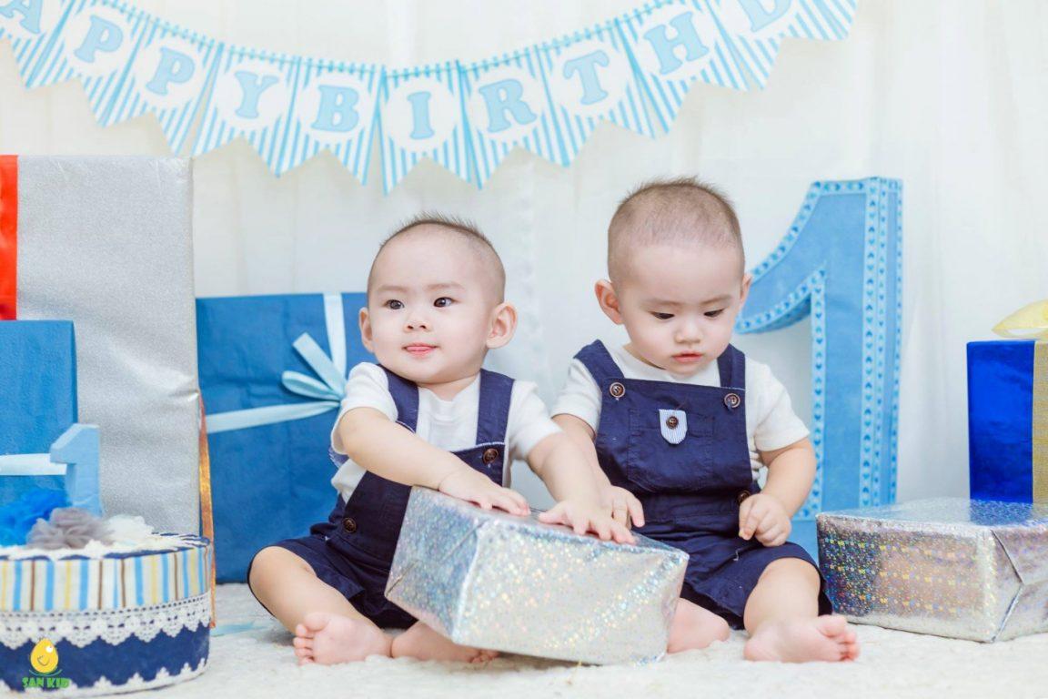Hình ảnh em bé thật ngộ nghĩnh, đáng yêu trong set đồ mới