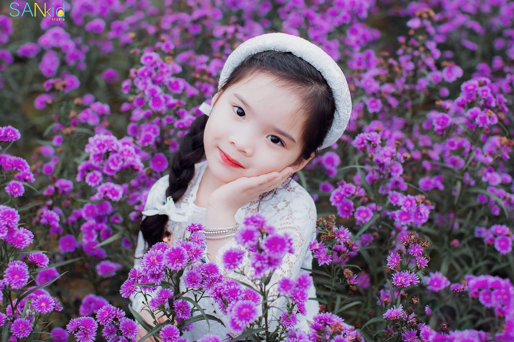 Chụp ảnh cho bé gái với trang phục tươi tắn