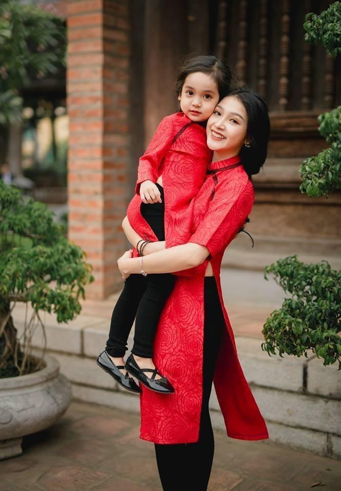 ảnh chụp mẹ và bé trong trang phục áo dài 8
