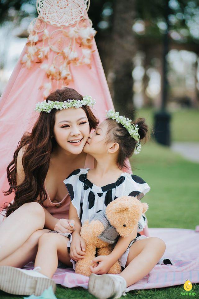 chụp ảnh cho mẹ và bé đáng yêu