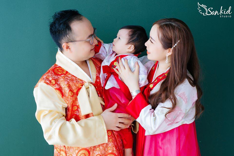 Chụp ảnh gia đình với trang phục Hàn Quốc