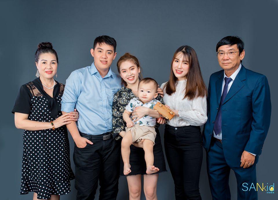 ý tưởng chụp ảnh gia đình siêu độc đáo với khung hình sẵn