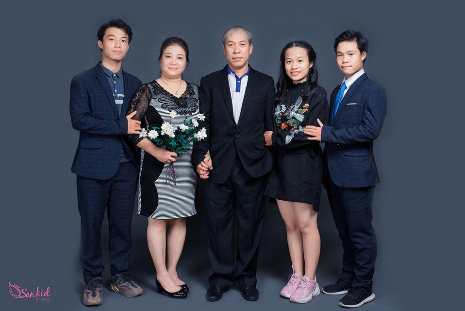 Ảnh gia đình kiểu Hàn Quốc với tông nền chủ đạo đơn giản làm cho bức ảnh trông Tây hơn