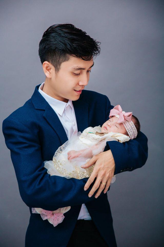 chup-anh-newborn-cho-be-trong-vong-tay-ba