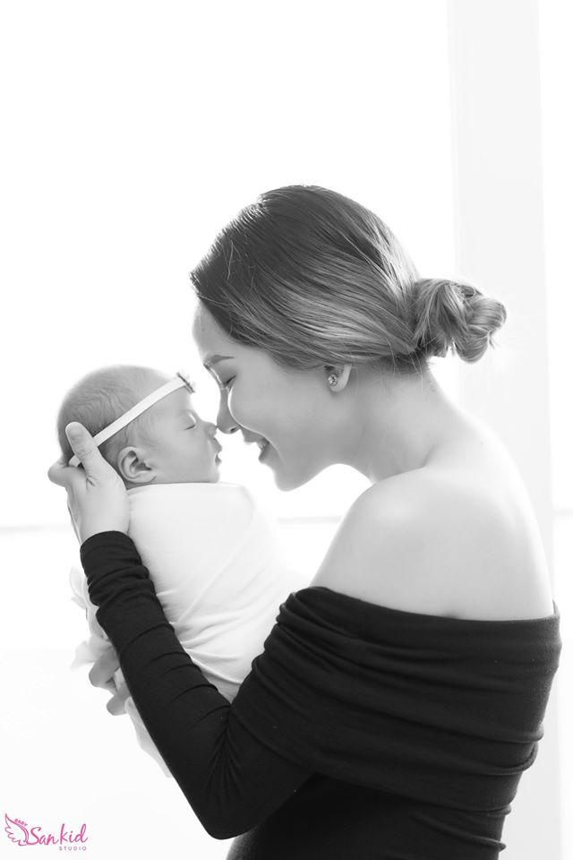 Chụp ảnh newborn con trai ngủ ngoan trên ngực mẹ