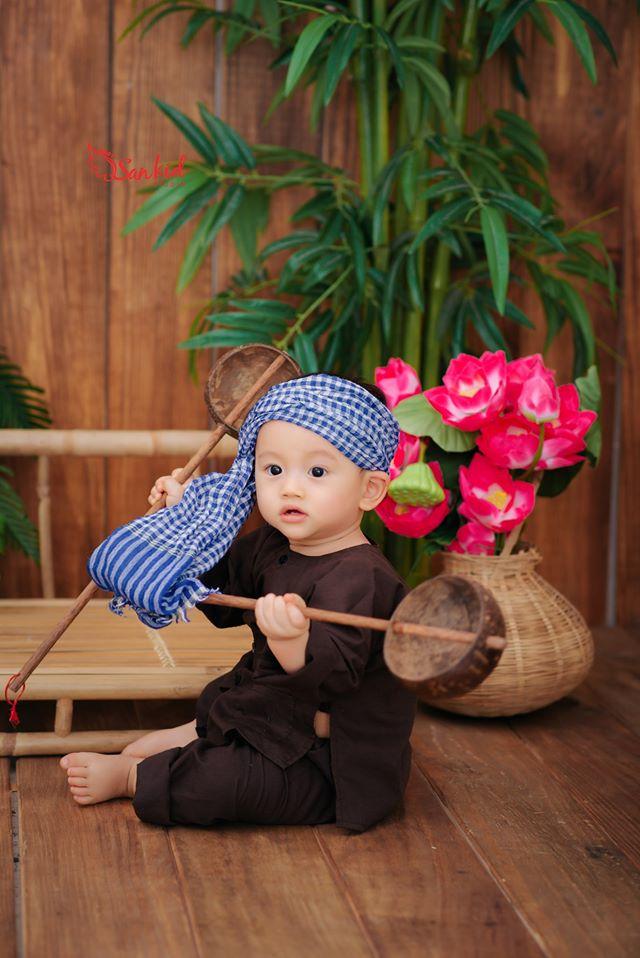 Hình ảnh thôi nôi bé cực áo yêu trong trang phục truyền thống, vùng miền