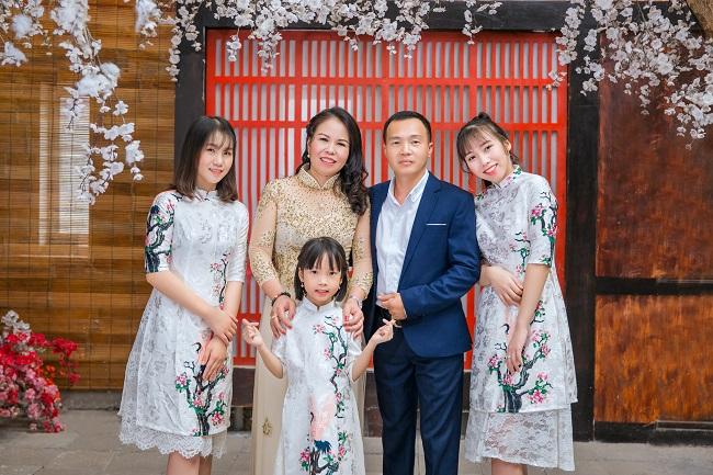 Chụp ảnh gia đình 5 người hạnh phúc du xuân cùng nhau
