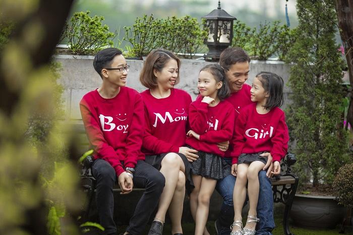 Cách tạo dáng chụp ảnh gia đình ngoài trời 5 người
