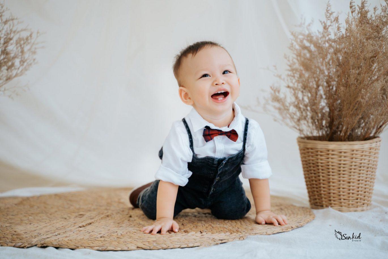 Chụp hình thôi nôi cho bé trai nên để bé thật tự nhiên nhất