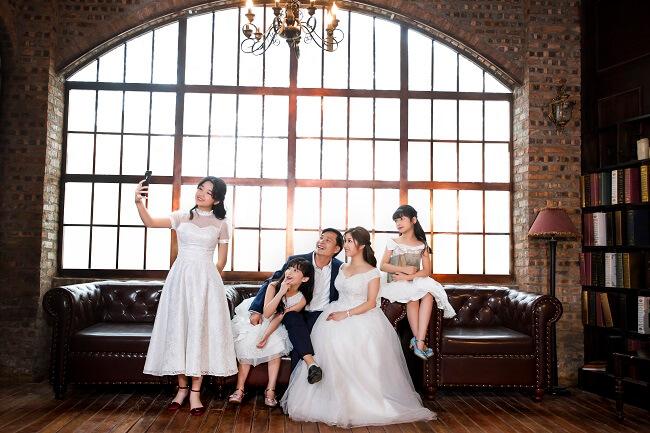 Chụp hình gia đình Hàn Quốc trong không khí vui vẻ của gia đình
