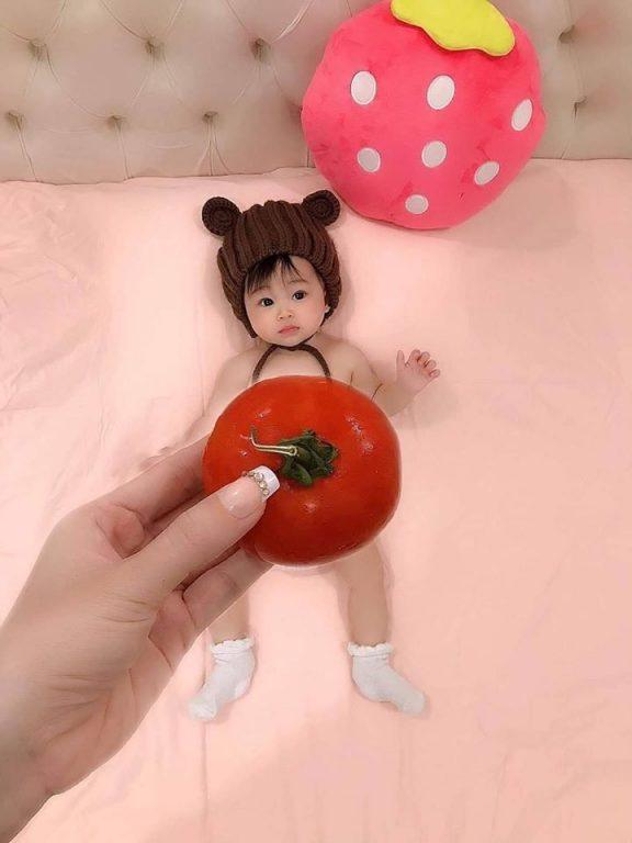 Album ảnh bé hài hước đáng yêu với concept chụp ảnh cà chua