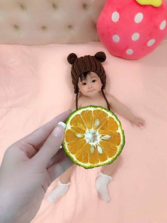 Album ảnh bé hài hước đáng yêu với concept chụp ảnh cùng quả cam