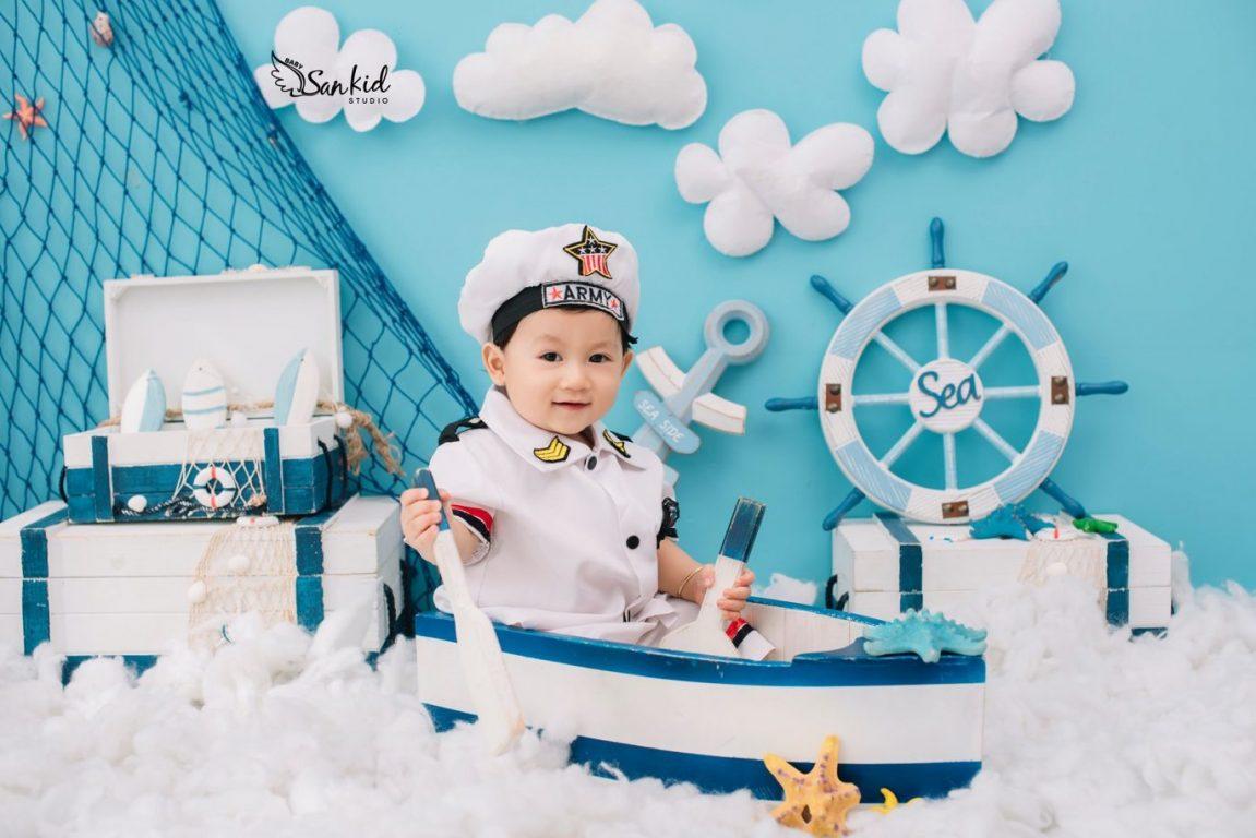 Ảnh sinh nhật bé 1 tuổi tinh nghịch tron concept thủy thủ