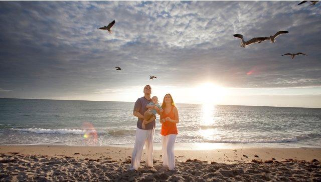 """Cách tạo dáng chụp ảnh gia đình ở biển """"ôm trọn bình minh"""" bắt trọn mọi khoảnh khắc bình yên trên biển"""