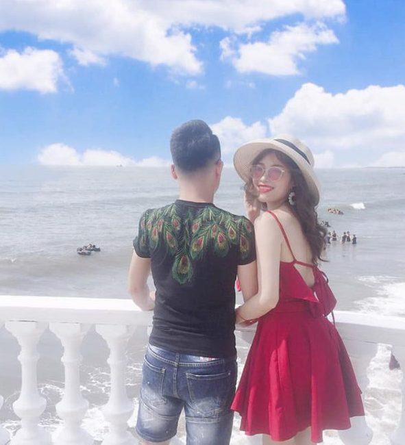 """Cách chụp hình khi đi biển cho mẹ siêu đẹp nhờ """"dựa vai"""" anh chồng"""