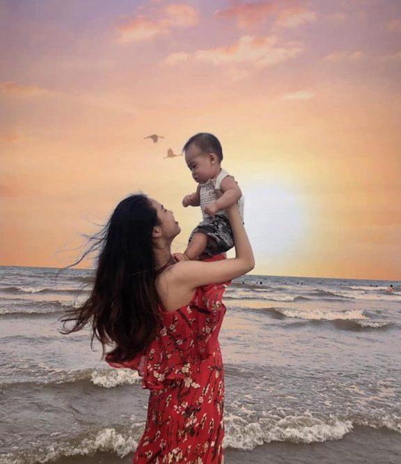 """Với mẹ""""con là cả thế giới"""" - cách chụp ảnh ở biển với gia đình bắt trọn những khoảng khắc bên người thân yêu"""