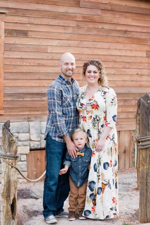 Ảnh gia đình với trang phục quá nhiều họa tiết và màu sắc sẽ mất sự tập trung trong tấm ảnh