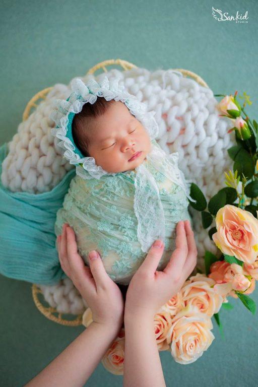 Ảnh bé sơ sinh dễ thương ngủ say trong vòng tay bố mẹ