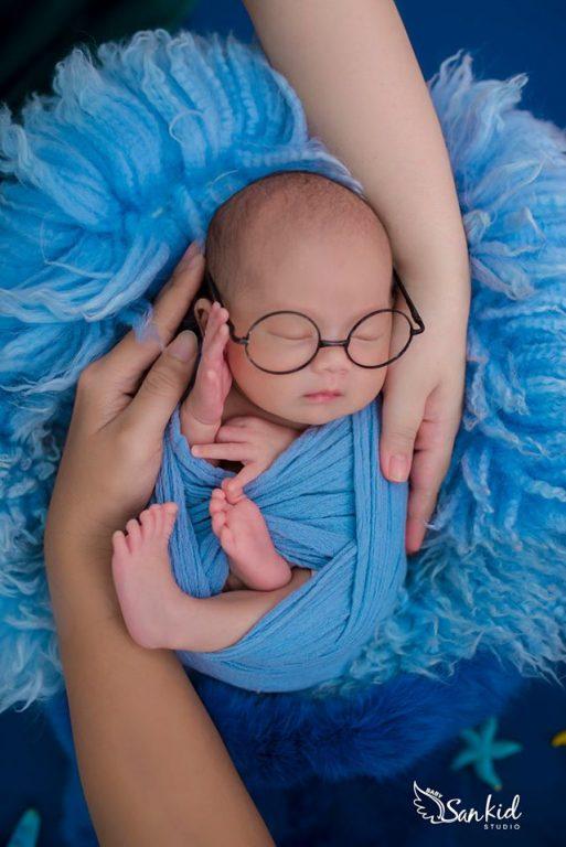 Ảnh bé sơ sinh đẹp ngủ say trong vòng tay yêu thương của bố mẹ