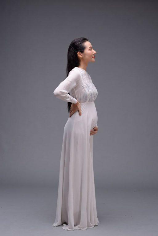 Chụp ảnh mẹ bầu dịu dàng với chiếc áo dài nhẹ nhàng