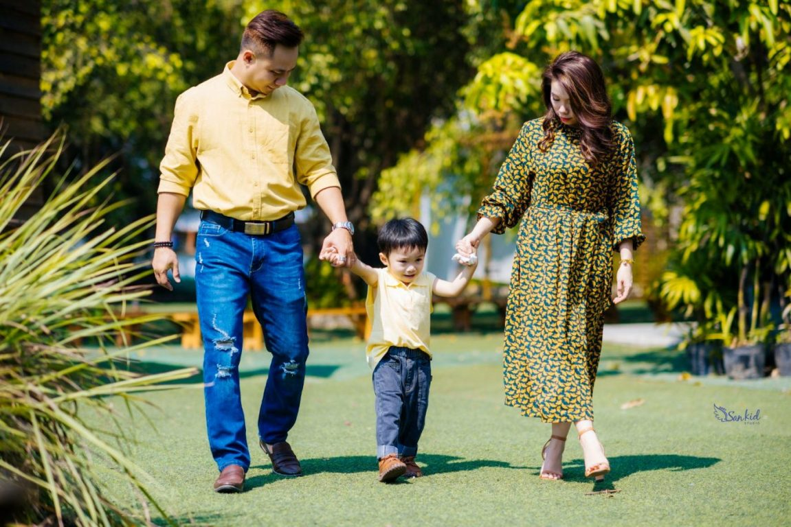 Hình ảnh gia đình hạnh phúc vui đùa tại công viên