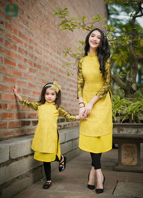 Hình ảnh mẹ và bé gái xinh tươi với concept áo dài tết