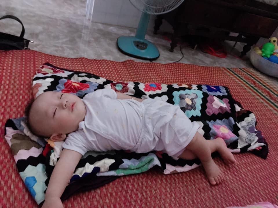 Cười phì với những tạo dáng bá đạo khi ngủ của bé
