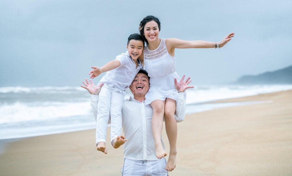Tạo dáng chụp ảnh gia đình du lịch biển siêu đẹp 01