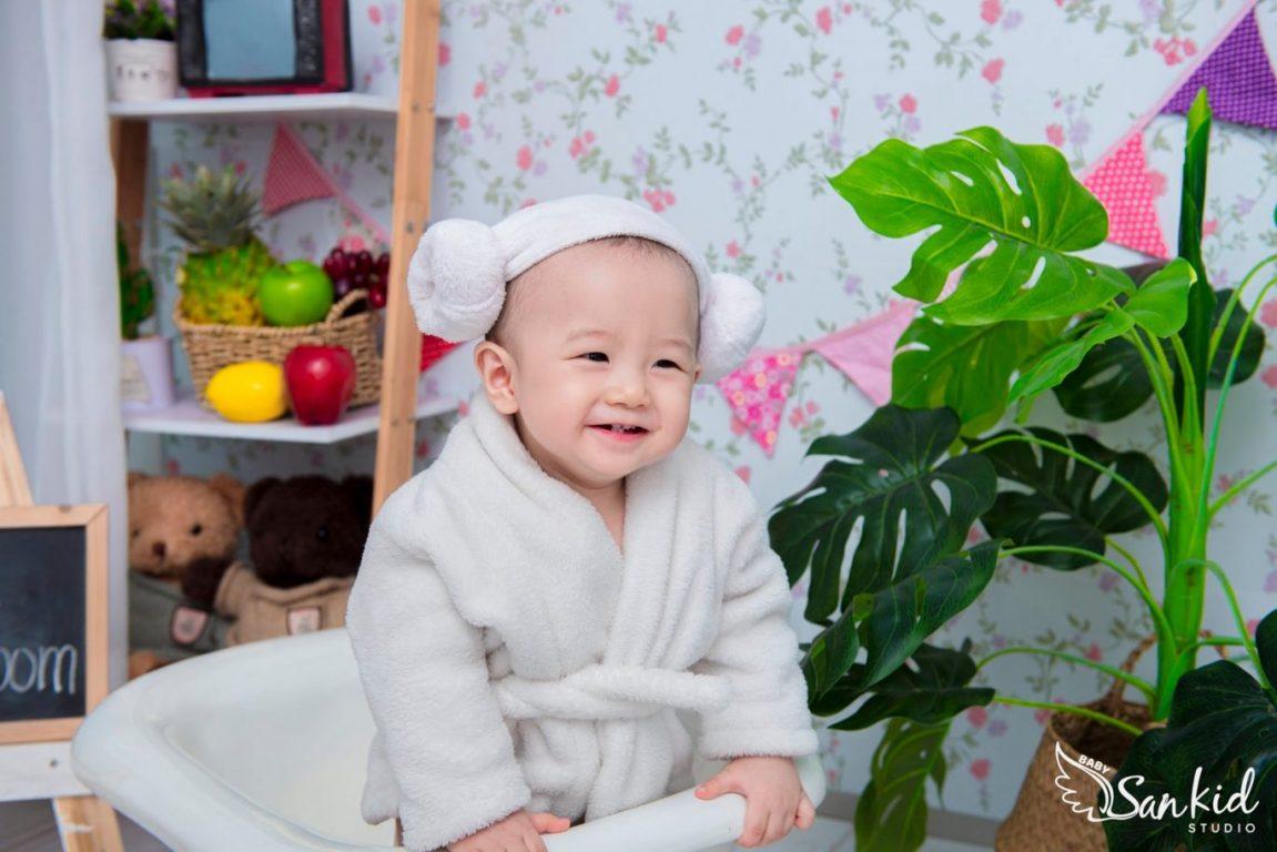 Hình ảnh bé gái đáng yêu khi chụp ảnh cho bé tại nhà