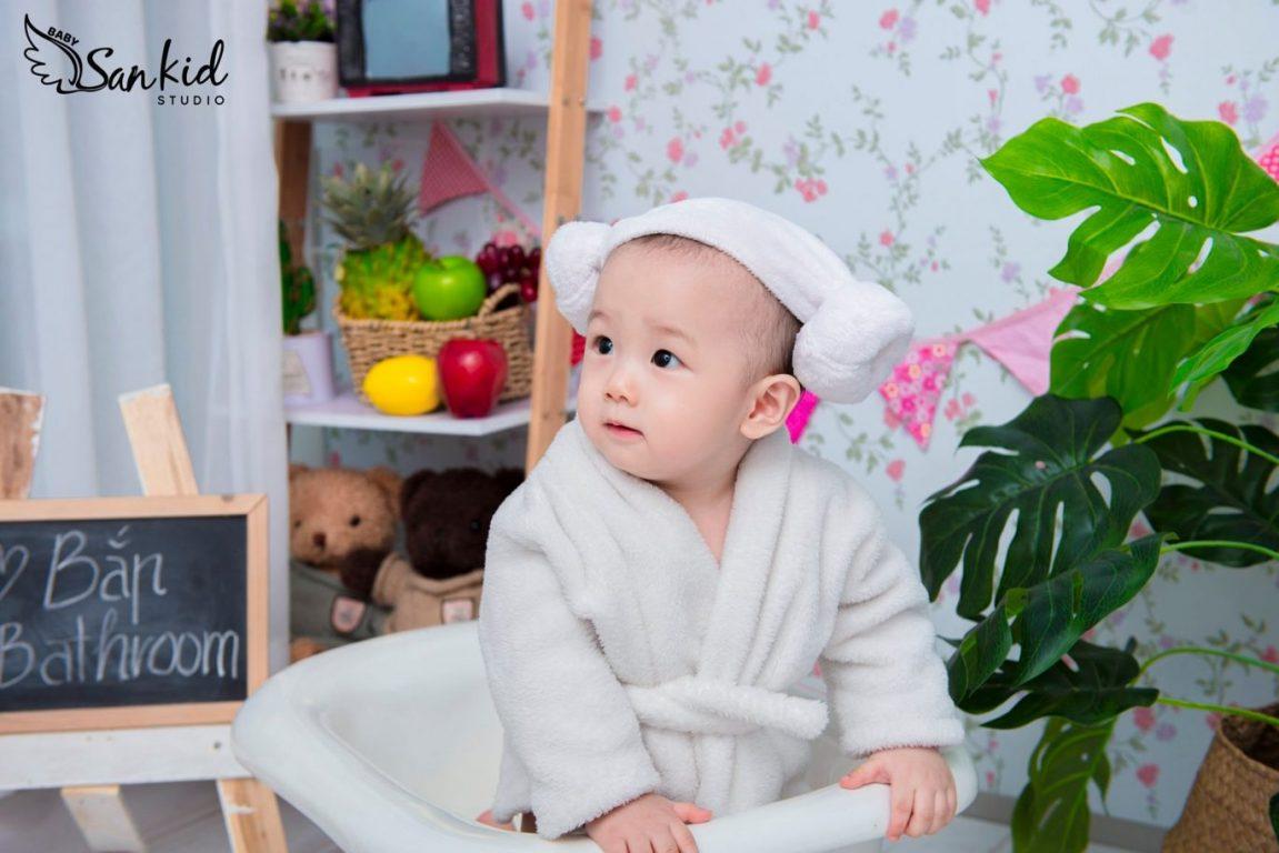 Tạo dáng chụp ảnh em bé đáng yêu tại nhà