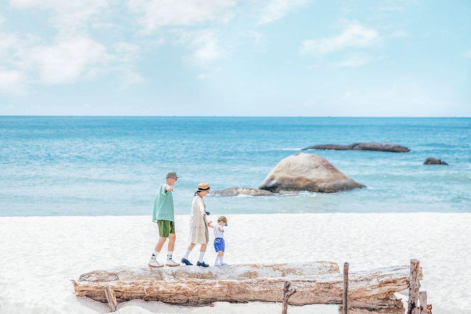 Tạo dáng chụp hình gia đình du lịch ở biển kiểu Hàn Quốc 02