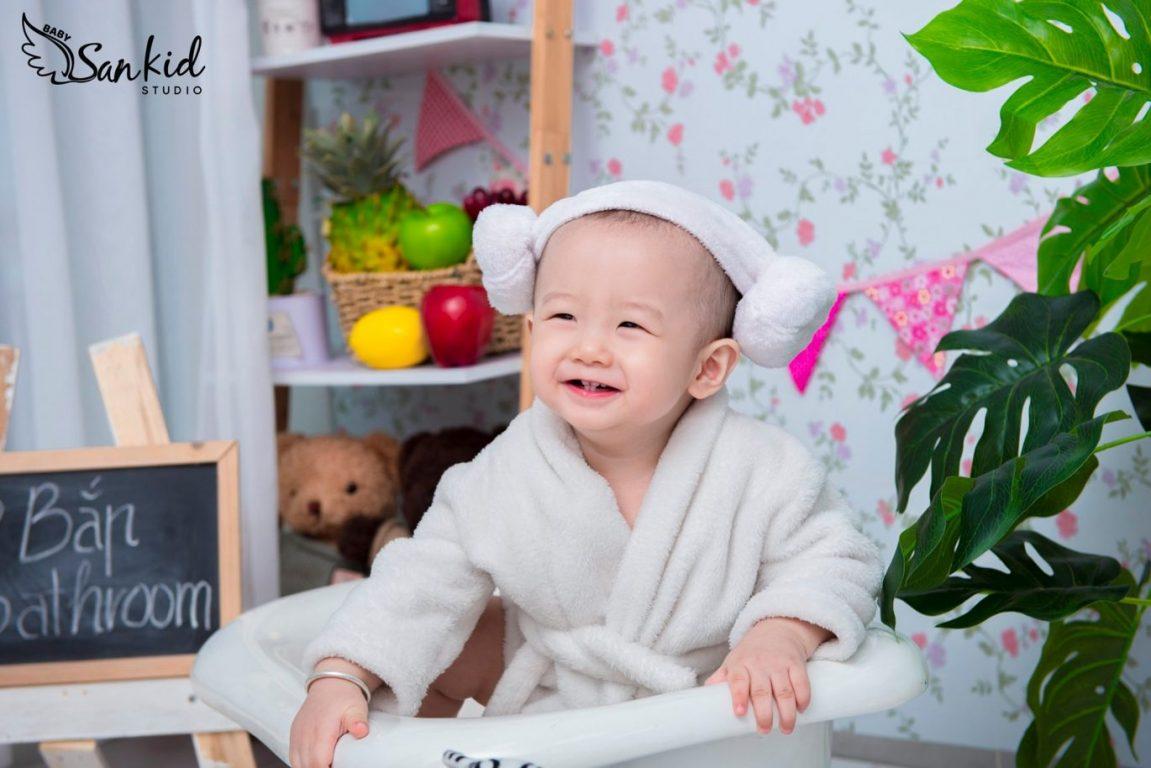 Hình ảnh em bé đáng yêu với tạo dáng chụp ảnh em bé đáng yêu cười toe tét