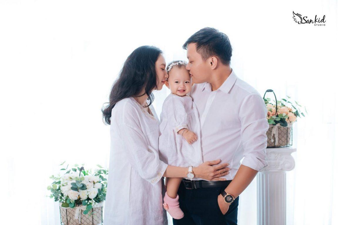 Hình ảnh gia đình ấm cúng hạnh phúc qua những cái hôn