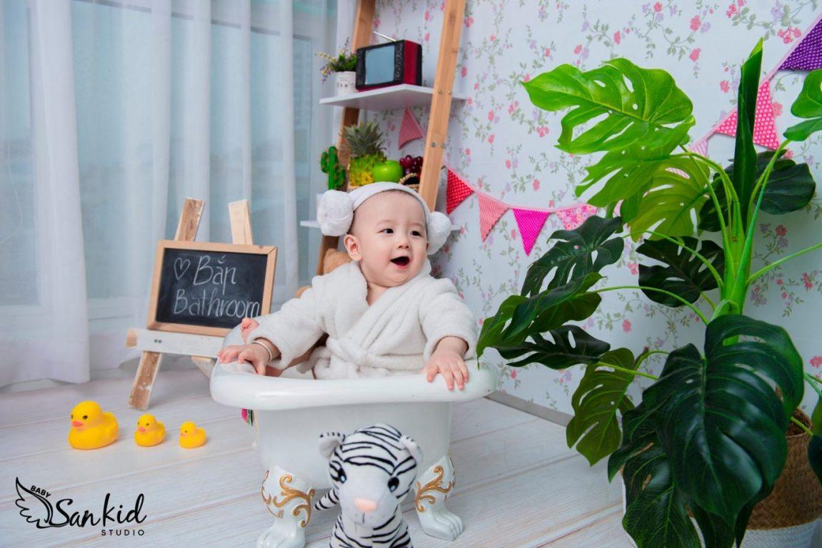 Hình ảnh em bé đáng yêu cười toe tét tại nhà