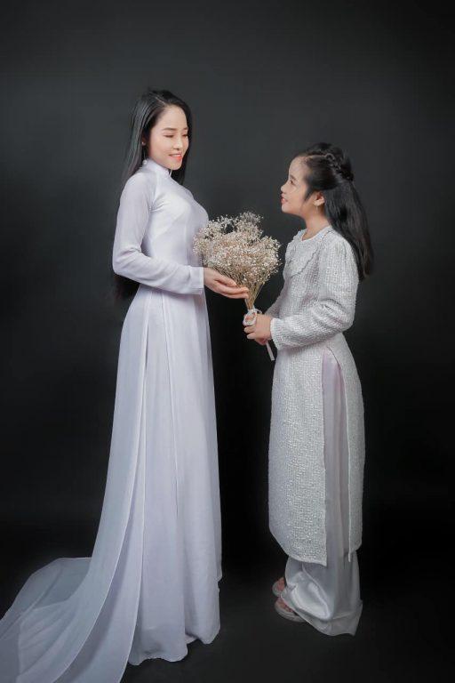 Hình ảnh mẹ và bé gái đẹp xinh tươi với chiếc áo truyền thống