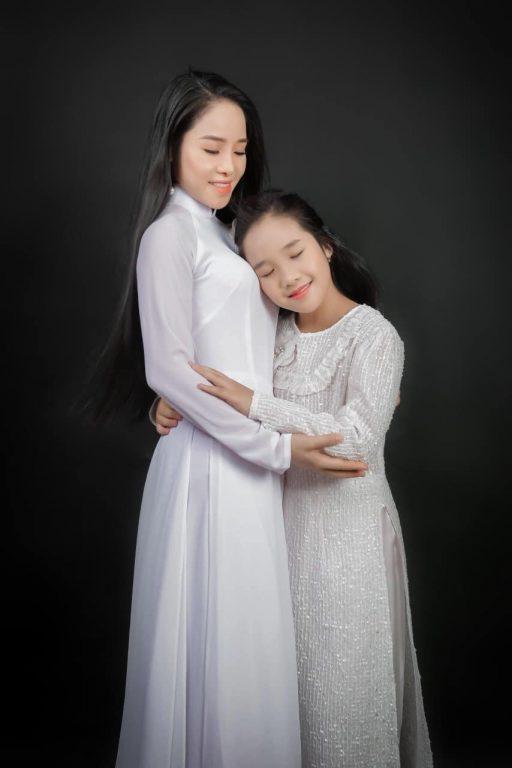 Tình mẫu tử thiêng liêng được thể hiện hình ảnh mẹ và con gái trong concept áo dài