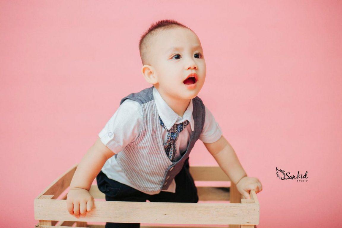 Hình ảnh bé trai tính nghịch đáng yêu với concept Hàn Quốc tại nhà 03