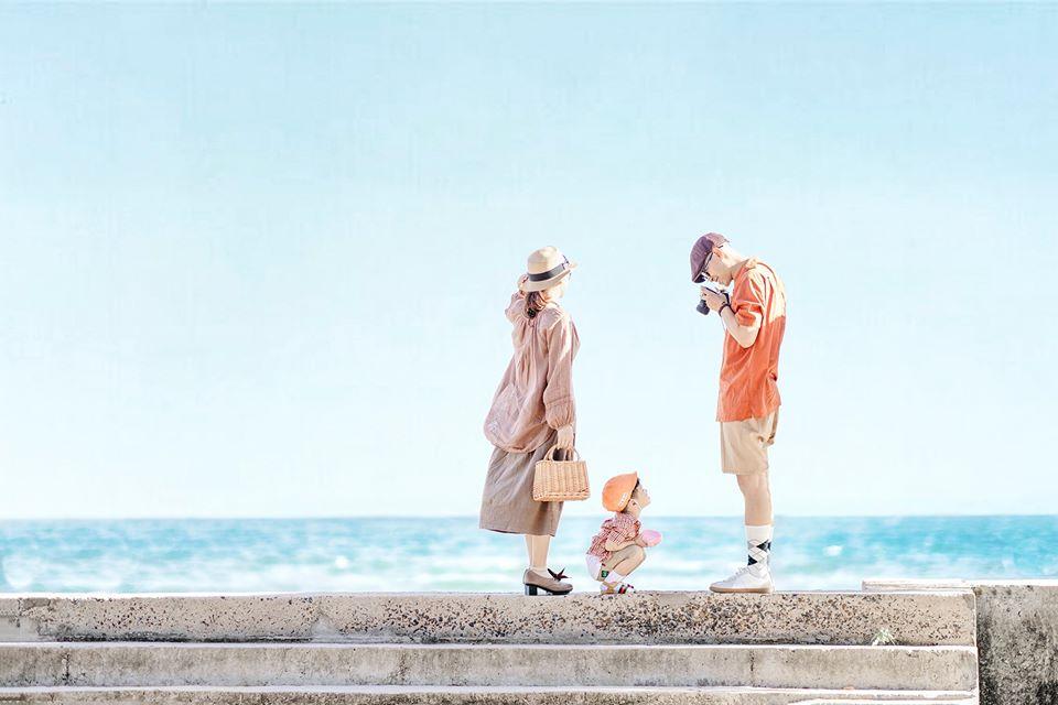 Tạo dáng chụp hình ở biển với gia đình