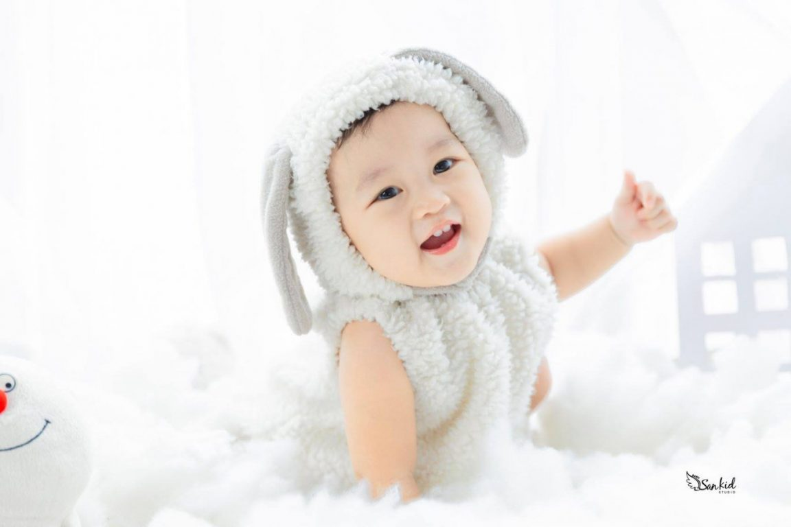 Hình ảnh bé xinh xẻo hóa thân thỏ trắng khi chụp ảnh thôi nôi sinh nhật phần 02