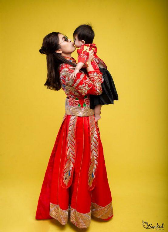 Chụp ảnh tết mẹ và bé gái tại studio giúp mẹ và bé có nhiều khoảnh khắc đẹp