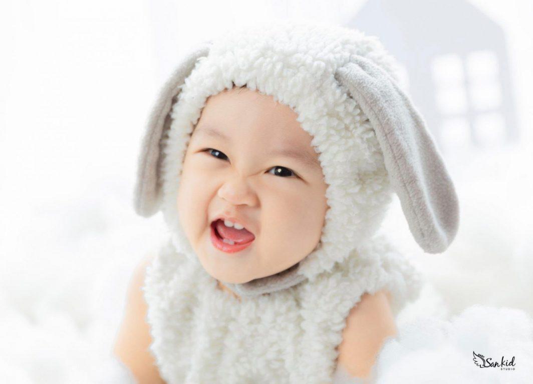 Những biểu cảm tinh nghịch của chú Thỏ Trắng khi chụp ảnh thôi nôi sinh nhật 1 tuổi