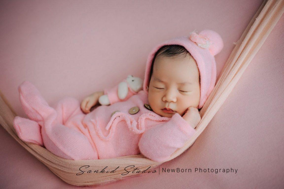 Tạo dáng chụp ảnh bé sơ sinh đáng yêu tại nhà 04