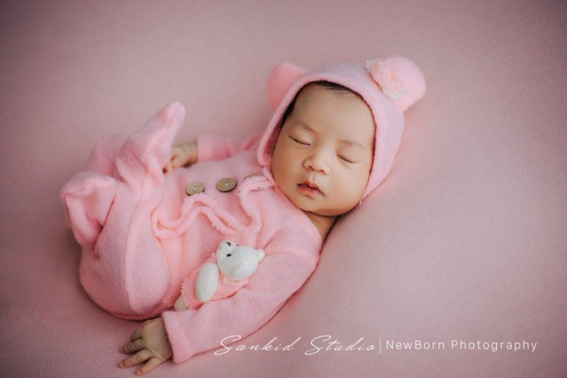 tạo dáng chụp ảnh bé sơ sinh đáng yêu tại nhà 01